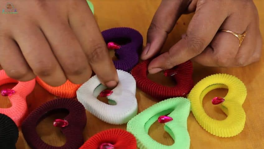 How to make wall hanging from hair rubber bands10