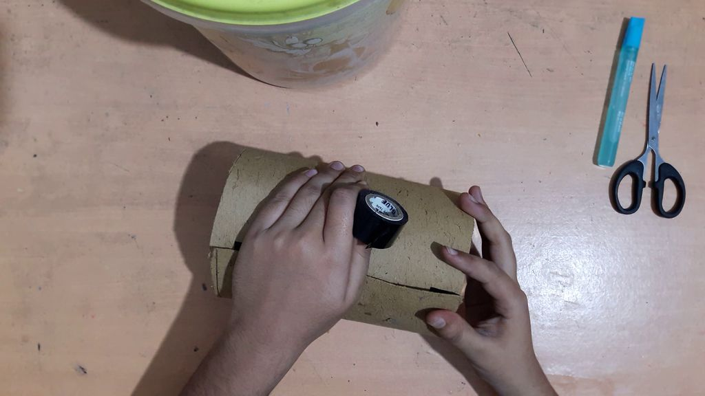 using a card board to make vase3