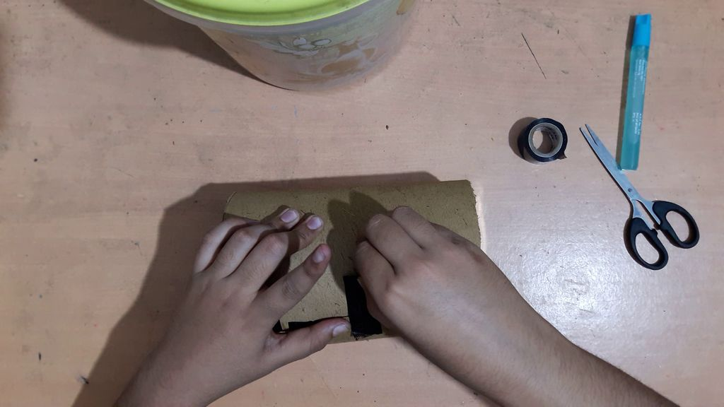using a card board to make vase4