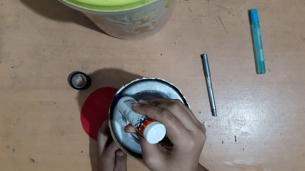 using a card board to make vase5