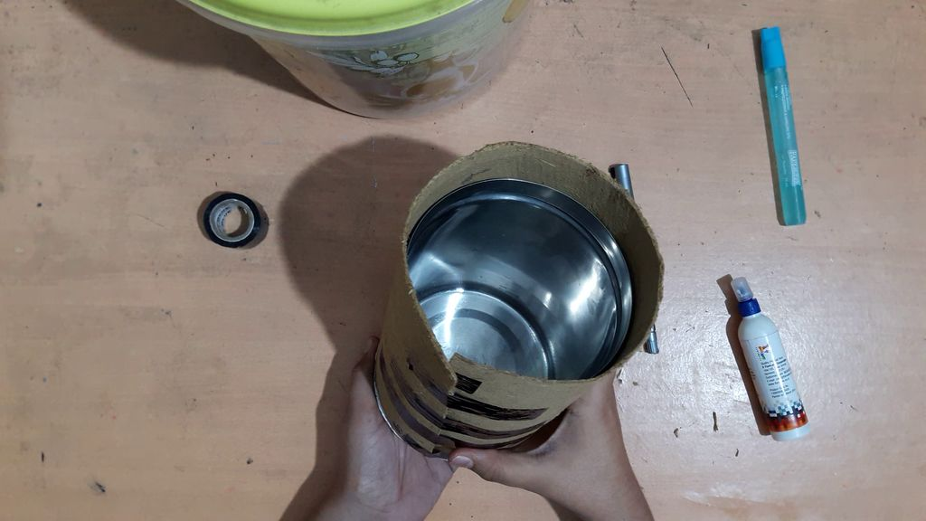 using a card board to make vase7